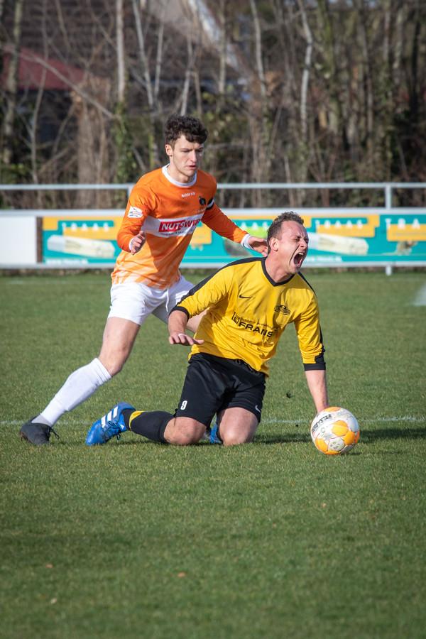 Koploper Hoedekenskerke/Kwadendamme (gele shirts) won simpel van Cadzand.