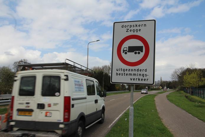Borden die afslaand verkeer moeten ontmoedigen richting dorpskern Zegge te gaan.