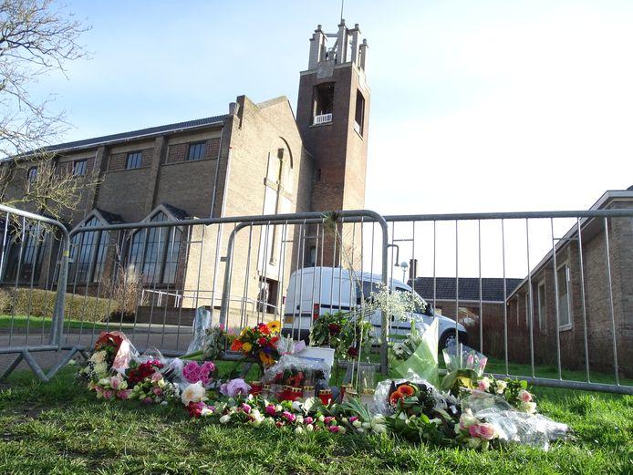 Gedenkplek voor Sirwan Kassan (24) tegenover het café in Oostburg waar hij werd doodgeschoten.