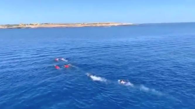 Reddingsschip wil niet naar Spaanse haven varen, migranten springen uit wanhoop overboord