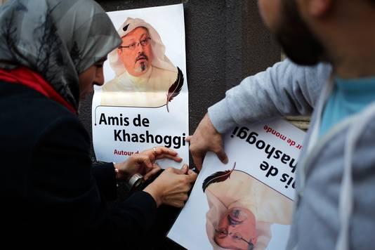 Demonstranten met posters met daarop de beeltenis van Jamal Khashoggi.