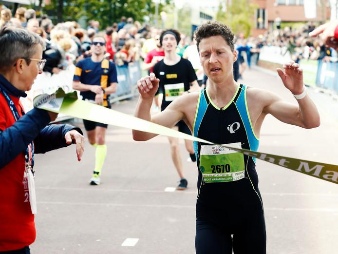 Johan Horst gaat als winnaar over de finish van de hele marathon.
