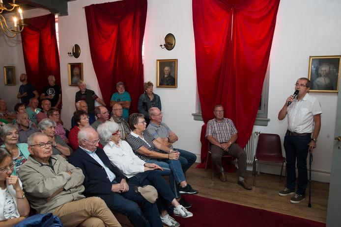 Ad Grob presenteert zijn studie over Herwen in de 20ste eeuw op Huis Aerdt. Het hele dorp was uitgenodigd. De prsentatie kon in vier verschillende zaaltjes worden gevolgd.