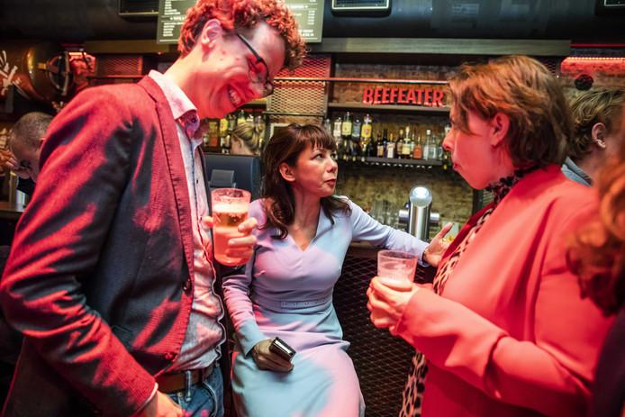 Mei Li Vos (midden) van de PvdA tijdens de uitslagenavond.