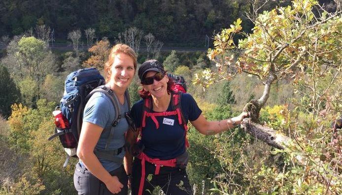 Sandy Schel (links) en Cindy Kersten in de Ardennen tijdens een trainingsweekend voor de War Child Kili-Challenge.