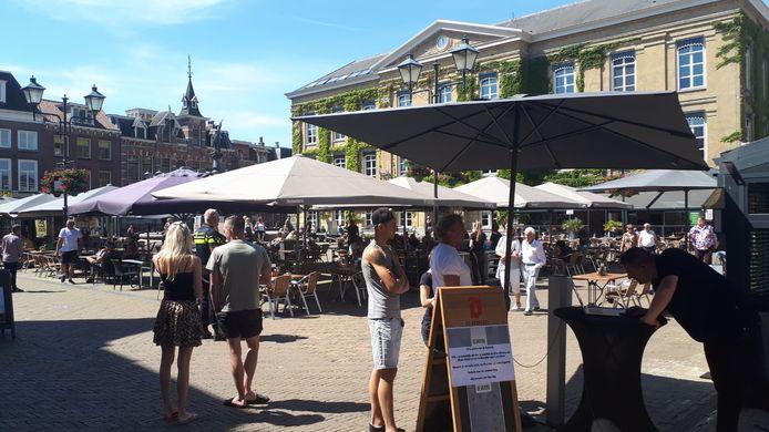 Op de Grote Markt in Gorinchem stromen de terrassen langzaam vol.