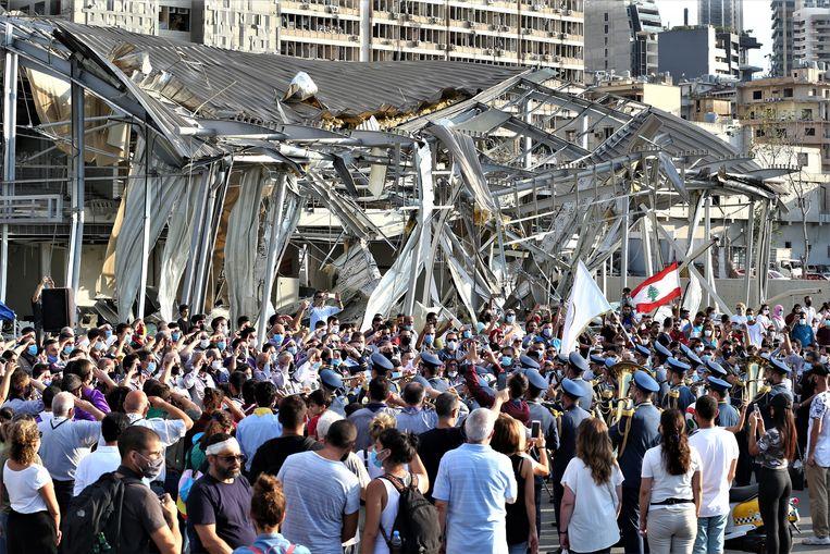Demonstranten tegen het falende beleid van de Libanese regering verzamelen zich zich bij de vernietigde haven om hun onvrede te laten blijken.  Beeld EPA