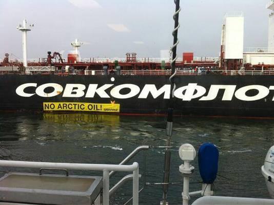 Een spandoek van Greenpeace opgehangen aan de zijkant van de Russische olietanker Mikhail Ulyanov.