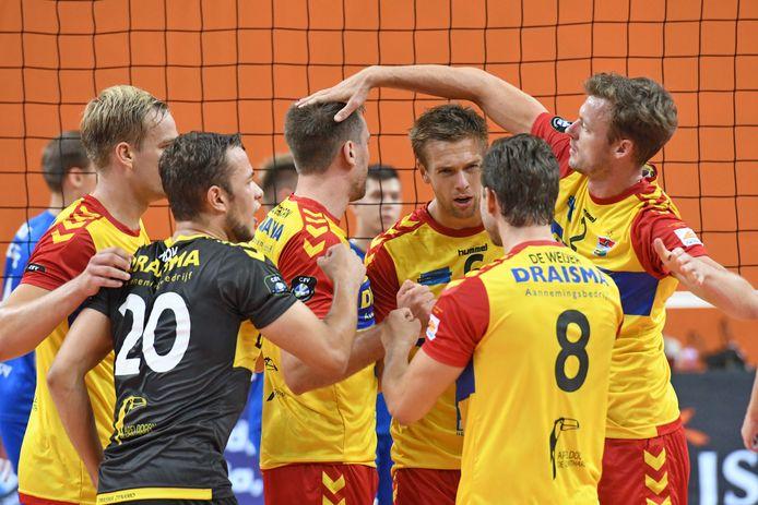 Draisma Dynamospelers Wessel Blom, Jeffrey Klok, Sjoerd Hoogendoorn, Nico Manenschijn,Jeroen Rauwerdink vieren een feestje.