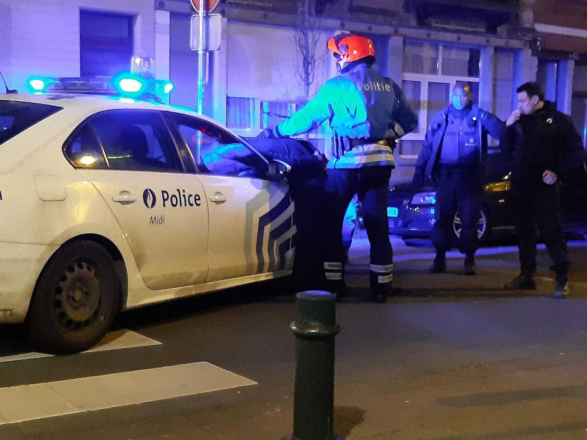 De politie verrichtte in Vorst een arrestatie nadat er een Porsche was uitgebrand.