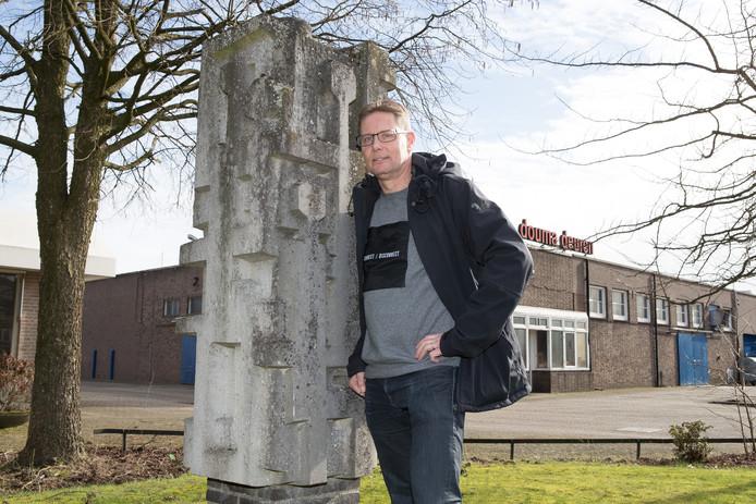 Paul Tielbeek bij een 'vergeten' Raalter kunstwerk, voor Douma Deuren. ,,Wat gebeurt daarmee als ook deze oude Raalter fabriek gesloopt wordt?''