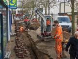 Straatbeeld: mannen in het oranje vervangen stokoude waterleidingen
