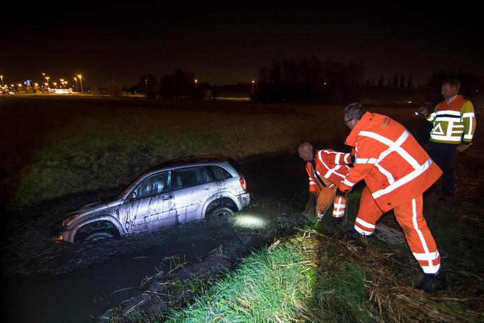 De auto die in de sloot belandde naast de A12 bij Harmelen was moeilijk te bereiken door het bergingsbedrijf.