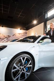 Eva (33) brengt legendarische Franse sportauto aan de man in Soest
