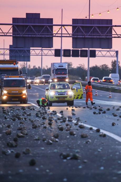File op A29 richting Bergen op Zoom door suikerbieten op de snelweg