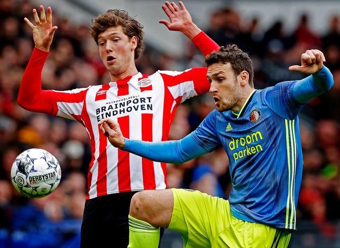 PSV (hier verbeeld door Sam Lammers) schrikt terug voor een vervolg van de eredivisie, Feyenoord (in casu Eric Botteghin) wil de optie van doorvoetballen nu nog niet wegstrepen.