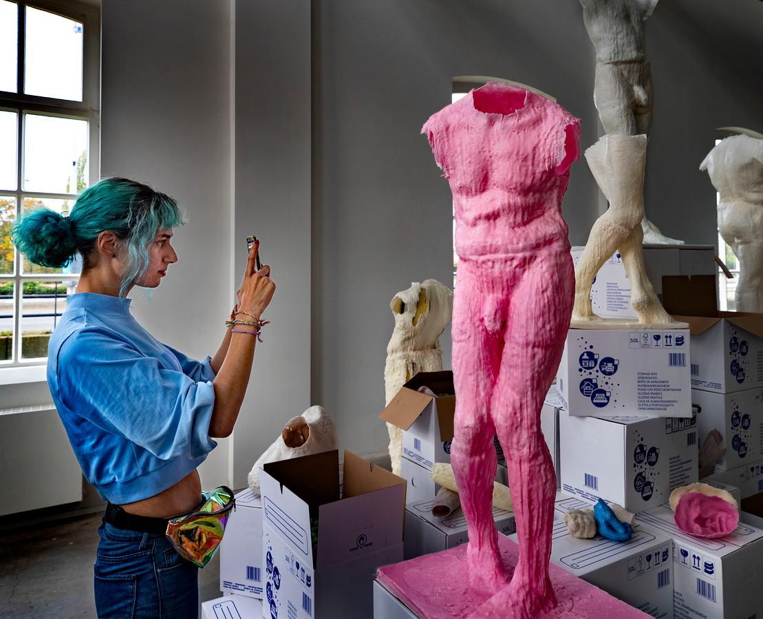 Yvonne Kishna fotografeert het werk van mede-exposant Jeroen Schokkin bij de tentoonstelling Fresh Cacao in de Helmondse Cacaofabriek.