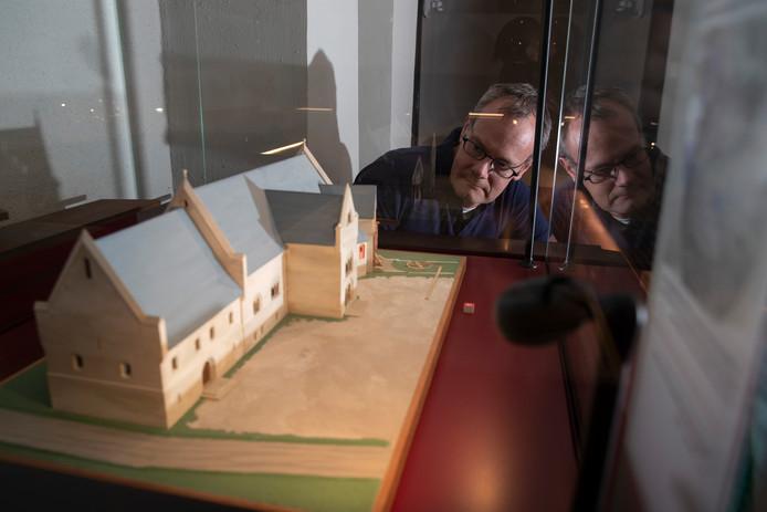 Stadsarcheoloog Michel Groothedde bij een maquette van het paleis dat verscholen ligt onder 's-Gravenhof. Het paleis uit de 11e eeuw moet de basis vormen voor een toeristische attractie, gebaseerd op het succesvolle DOMunder in Utrecht.