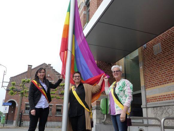De regenboogvlag werd door burgemeester Conny Moons en schepenen Veerle Pas en Els Van den Broeck gehesen.