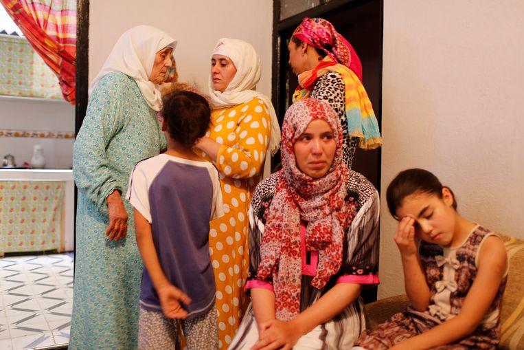 Marokkanaanse familieleden van enkele van de terroristen in M'rirt, waar ook Younes Abouyaaqoub oorspronkelijk vandaan komt.