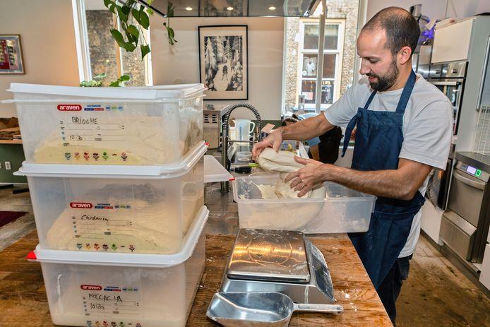 Bij Yirga Coffee in de Sint Annastraat in Breda is Wart brood gaan bakken voor de verkoop.