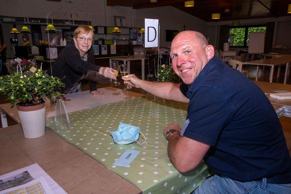 Tom klinkt met mama Christine in WZC Schelderust in Wetteren.