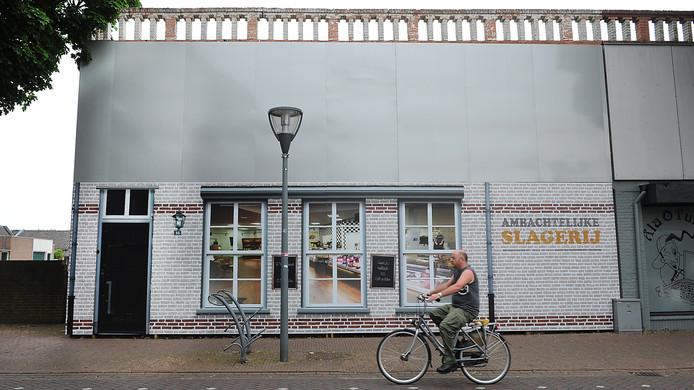 Achter deze 'nepgevel' aan de Molenstraat in Cuijk staat een leegstaand pand.