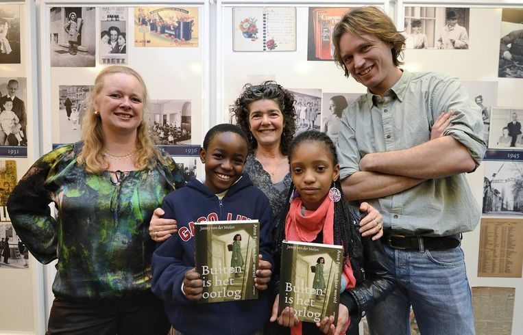Schrijfster Janny van der Molen (links), Dieuwertje Blok (midden), illustrator Martijn van der Linden en leerlingen Kwasi en Alicia. Beeld epa
