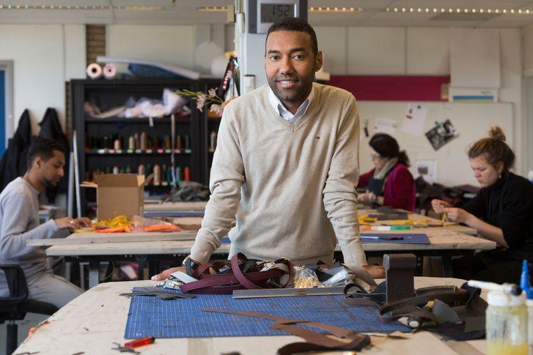 Tassenontwerper Omar Munie in zijn atelier. Beeld Henriette Guest / HH