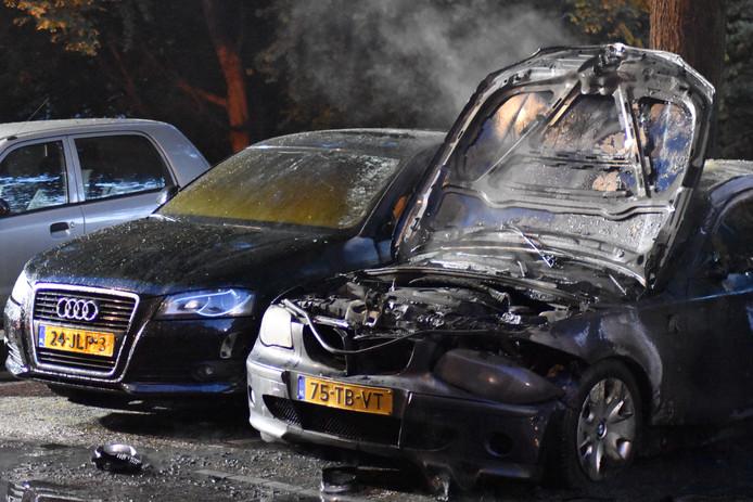 Zwaar beschadigde auto's aan de Essenburgsingel.