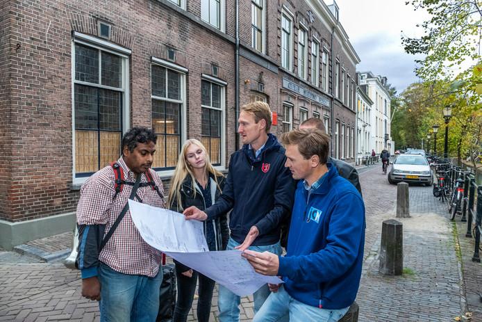 Ferdinand van de Velde(hoofd herstart), Mandy van Kempen (stagiair) aannemer Melvin Selhorst (rechts) en bezoeker Alfredo Joghi( links).