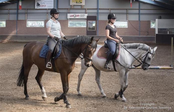 Saskia Waijerink (donker shirt) en Astrid Donninger trainen voor de zitcompetitie in Den Ham.