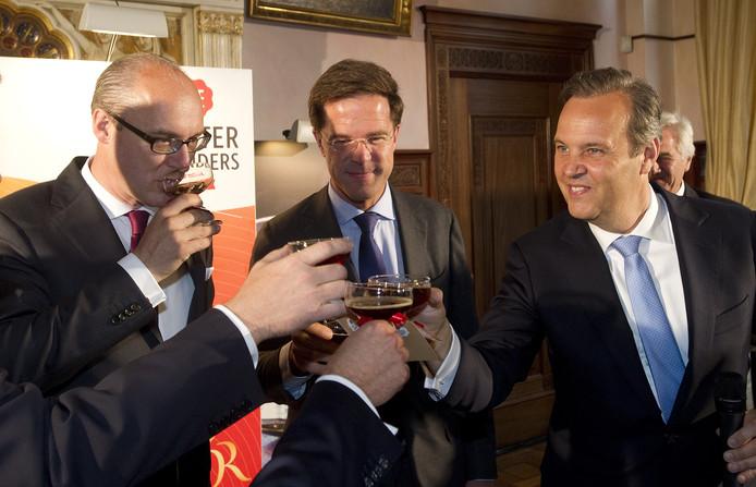 Premier Rutte toost met CEO Michiel Herkemij van D.E. Master Blenders (L) en Euronext-CEO Cees Vermaas na de introductie aan NYSE Euronext in juni 2012.