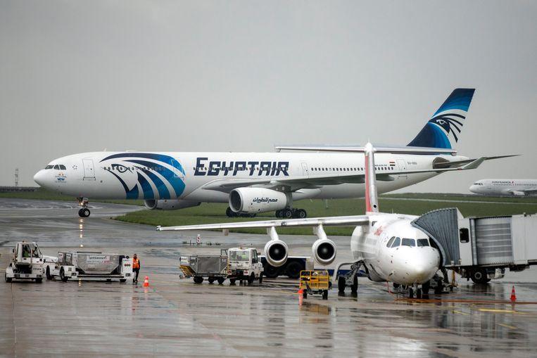 Een EgyptAir-toestel op de Charles de Gaulle-luchthaven in Parijs.
