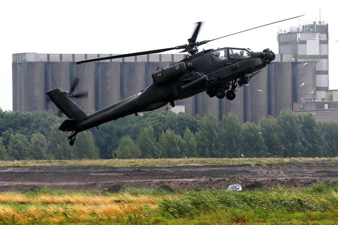 Een Apache tijdens een eerdere oefening boven het Munnikenland. De regio Maas en Waal behoort tot het laagvlieggebied van Defensie.