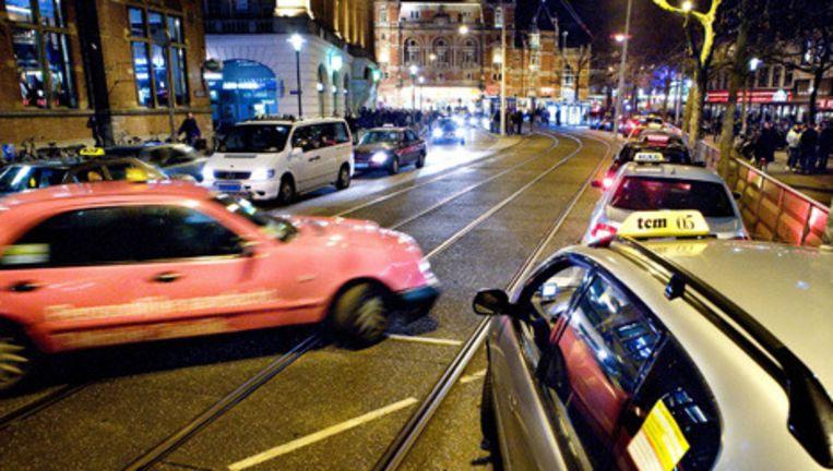 Taxi's bij het Leidseplein. Klachten over taxichauffeurs zijn vanaf heden makkelijker te melden. Foto Klaas Fopma Beeld