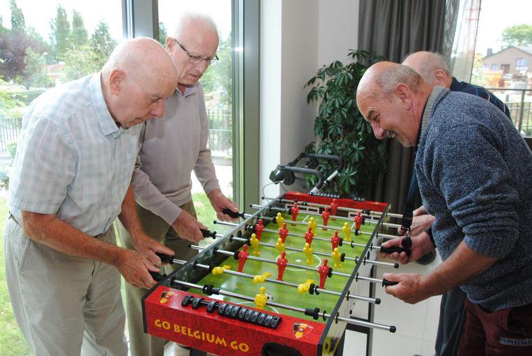 Onder meer met een kickertafel houden de bewoners er de WK-sfeer in.