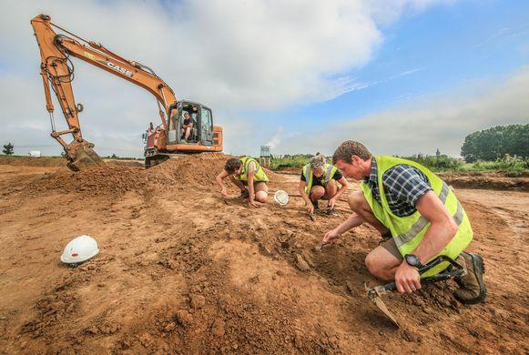 Gelukkig was het woensdag wat minder warm, want de hitte maakt het de archeologen niet gemakkelijk.