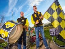 Superfans Damian en Sidney fietsen in weer en wind voetballiefde Vorden achterna: 'We hebben er al honderden kilometers op zitten'