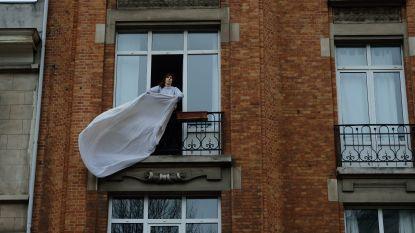 Ook Brusselaars hangen witte lakens uit om zorgpersoneel een hart onder de riem te steken
