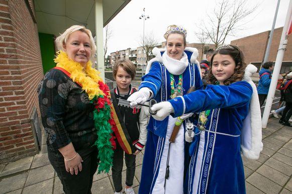 Burgemeester Ann Schrijvers ontvangt carnavalsvereniging De Lèèglaaipers in het gemeentehuis. Traditioneel draagt het gemeentebestuur bij de start van het carnavalsweekend symbolisch de macht over aan Prinses Marcia I en Jeugdprinses Mirthe I.
