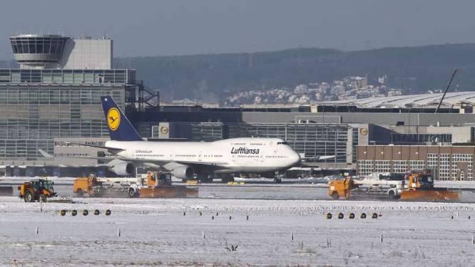 Sneeuw gijzelt Europese luchthavens en wegverkeer