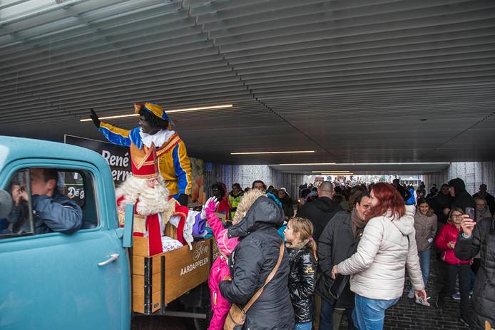 Sint en Piet moeten uitkijken voor de lage Willem-II passage.