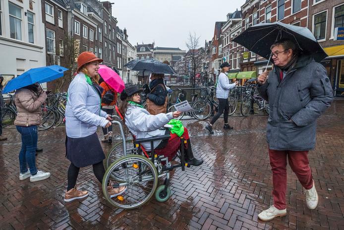 D66 deelt flyers uit in de Utrechtse binnenstad.