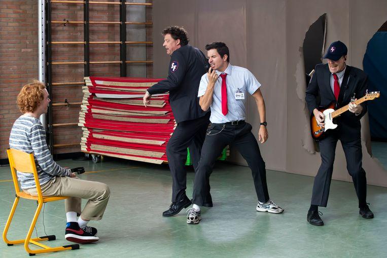 De cast van Safety First sprong telkens uit de muur om de leerlingen te verrassen.