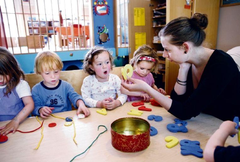 Driejarige peuters van kinderdagverblijf Doenja in Amsterdam krijgen 'les' volgens voorschoolprogramma 'Kaleidoscoop'. (FOTO JÃ¿RGEN CARIS) Beeld