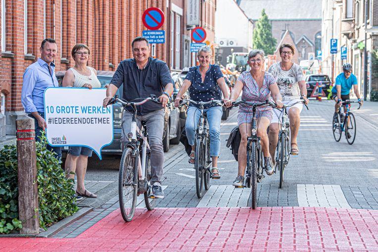 Schepenen Jan Rosseel, Trui Lambrecht, Katrien Vandecasteele en Nadine Verheye geven al eens het voorbeeld in de Schoolstraat, terwijl burgemeester Kurt Windels en schepen Martine Verhamme toekijken.