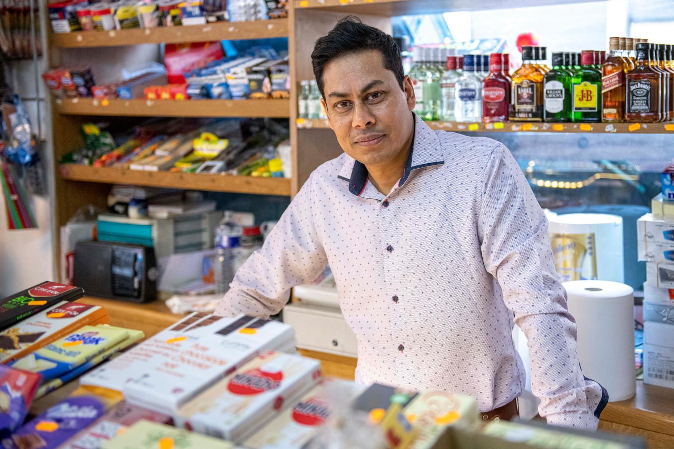 Manager Sanjay in zijn winkel.