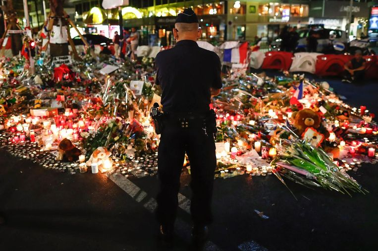 Op de boulevard in Nice werden massaal bloemen neergelegd en kaarsen aangestoken. Beeld epa