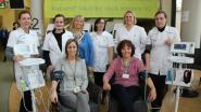 Studenten verpleegkunde geven bezoekers AZ Glorieux gratis check-up voor Dag van de Zorg